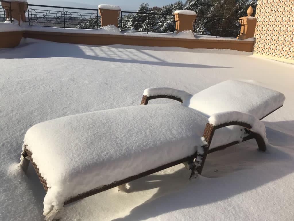 Мебель Боргата из искусственного ротанга зимой на улице под снегом