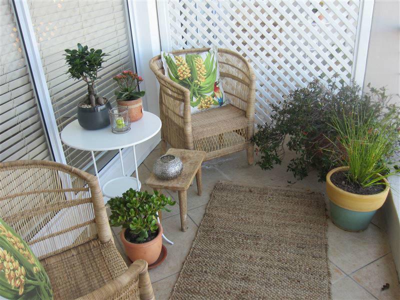 Кресла из ротанга на балконе